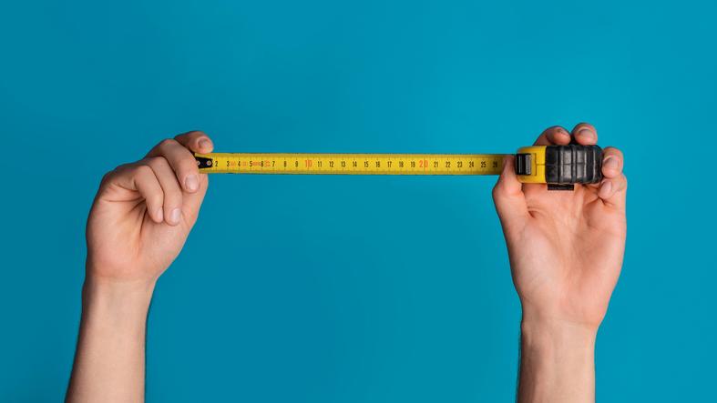 Hands holding tape measure to demonstrate conversational marketing KPI